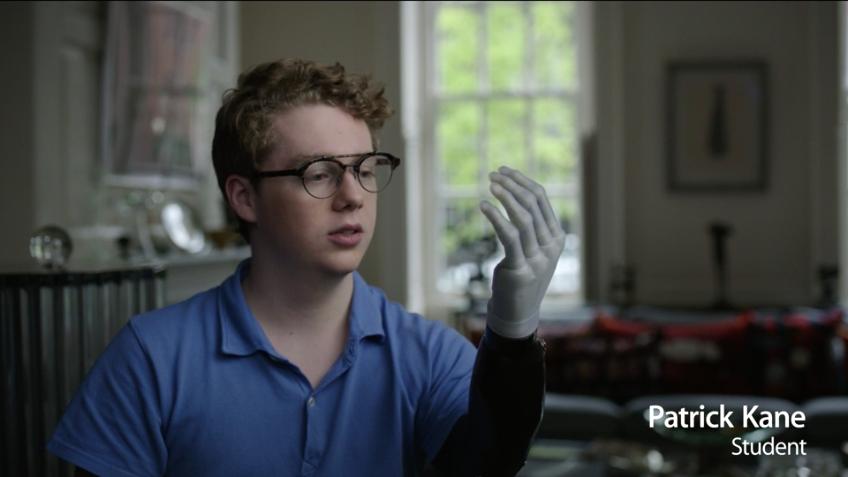 Patrick Kane - Student mit Roboterarm